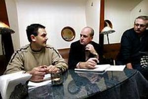 Moderatledaren Fredrik Reinfeldt lyssnade till Torleif Michel och Torbjörn Tomtlund under ett möte på ett kafé i Gävle i går. Mötet kom till stånd efter ett öppet men anonymt brev i slutet av förra veckan. Där listade brevskrivare flera brister inom polisen. Foto: Gun Wigh