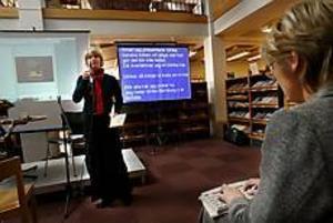 Foto:GUN WIGH För den som inte hör. När Ulrika Kärnborg berättade om sin bok kunde även hörselskadade följa med, tack vare en driven skrivtolk.