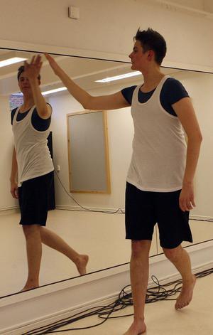 – Vilken fin danssal, tycker Peter Hjelm, dansare från Korskrogen, och klappar ömt om den nya dansstudion.