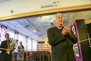 Henning Mankell invigningstalade vid det nya Kulturcentrum Mankell som numera finns på biblioteket i Medborgarhuset. Nu tar också kommunen över ansvar för skötsel av centret.