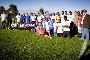 Fotboll i integrationens tjänst när Östansbo IS ställde upp med i stort sett sitt A-lag mot ett invandrarlag. Som sig bör förevigades händelsen med både spelare och ledare i de båda lagen samlade.