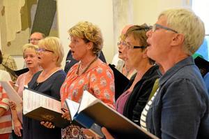 Cum Vox, Kumlakören med omkring tretio medlemmar, har ingen kyrklig koppling mer än att de övat i Metodistkyrkan i tjugo år. Nu är det dags att byta lokal - från och med i kväll övar de i Johanneskyrkan.