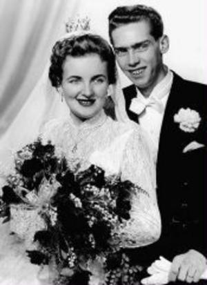 Karin, född Nilsson, och Åke Ohlsson, firar guldbröllop. De vigdes i Skönsmons kyrka den 4 november 1955 av komminster Carl Filip Ullner.Foto: CE