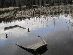 När jag och min brorsa var ute och fiskade vid en brygga i svartån låg det en båt brevid. Undrar om det är någon som vill sitta i den nu?