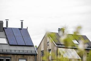 Liberalerna vill förenkla för privatpersoner att sätta upp solpaneler, bygglov ska inte behövas. Det ska också vara möjligt att få rotavdrag för att sätta upp solpaneler, skriver debattförfattarna.
