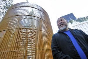 Ai Weiwei bredvid sitt konstverk