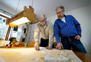 Inne på lotsstationen finns en mängd sjökort. Kent Bouvin och Bengt Öhgren hittar till och känner till i stor sett alla platser.