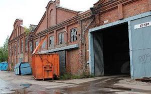I den här gamla industrilokalen mellanlagras och sorteras avfallet. Ingen av de anställda har utbildning i hur man sorterar soporna och tar hand om farligt avfall. Foto: Eva Högkvist
