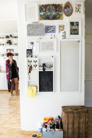 I hallen har Jennie samlat viktiga foton, teckningar och minnesgrejer.
