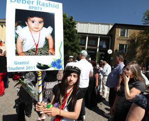 Sorg fanns också på Polhemsskolans gård. Deber Rashid avled innan han hann ta studenten, och hans syster Dia hedrade honom med hans skylt.