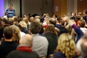 Många föräldrar känner stark oro inför de förändringar som måste göras om kommunens sparkrav ska tillgodoses. Spara inte på barnen var föräldrarnas uppmaning till barn- och utbildningsnämndens ordförande Björn Sandal (S) när han deltog i ett möte på Vallaskolan härom kvällen.