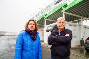 Nu tar vi pengarna från försäljningen av Hantverksgården och investerar i en till biltvätt förklarar Leif Johansson tillsammans med dottern Maria Johansson.