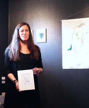 Eva Olsson utställning innehåller poetiska berättelser med motiv som kvinnokroppar, blommor och hjärtan