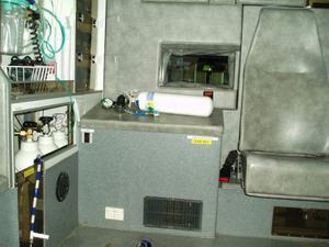 På bänken längst bak i ambulansen låg en tom behållare som innehållit lustgas.   Foto: Landstinget