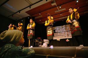 Dans- och sångnummer avlöste varandra under flera timmar när Thailands Barnens dag firades i Nynässkolans aula i Gävle. Det bjöds även på uppvisning av thaiboxning.