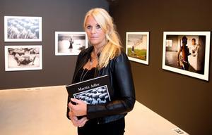 Katarina Adler på plats vid utställningen