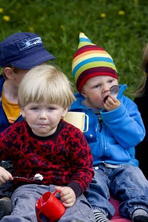 Rasmus Grönberg och Melvin Lind njöt av glass i vårvärmen.