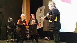 Kristina Holm och Anna-Karin Sandström tar emot sitt pris på Lärarförbundets årsmöte.