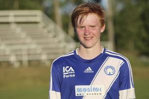 Pelle Hedlund spelar också fotboll i division 4-klubben Forsa. Här i Forsatröjan.
