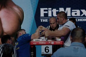 Martin Sohlin från Örnsköldsviks Atletklubb tog två elfteplatser vid VM i armbrytning. Här bryter han mot Kisov från Bulgarien.Foto: PRIVAT