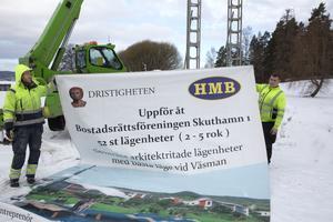 Det ambitiösa bostadsprojektet vid Skuthamn i Ludvika stoppades efter att sällsynta fladdermöss hittats i träden på kullen. I mars 2017 tog byggherrarna slutligen ner skylten.