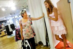 Annika Lundgren och hennes dotter Gabriella Westman provar kläder till bröllop.