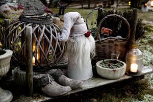 Tomten har Maria gjort av betong och ull från de egna fåren. Krukorna och skorna som pryder den gamla släden har hon också gjutit.