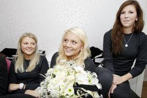 Anna Sundqvist grattas av Emma Wall och Amanda Oscarsson på onsdagskvällen.