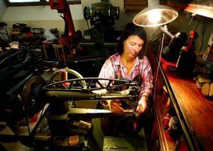 – Det känns hedrande att få ta över ett så anrikt företag, säger Elisabet Jansson.  Elisabet har jobbat som lärling i snart två år och siktar på mästarbrev så småningom.