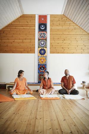 Högst uppe i huset finns yogasalen, där en konstnär som deltog i en av kurserna målat väggdekorationen.