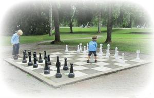 Den här bilden är tagen i Sätrabrunn. Tyckte det var lite sagostämning över synen av de små pojkarna och det stora schackspelet. ;)