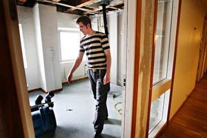 En vattenläcka i taket har ställt till det för ungdomsmottagningen. Björn Berglin visar rummet där innertak och väggar är helt utrivna. Hela det våningsplanet är nu avstängt.