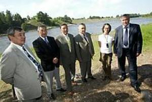 Foto: NICKBLACKMON Inleder samarbete. Ramavhan Sarpekov (parlamentariker), Galim Berdesevitch Urazbaev (direktör inom oljeindustrin), Rysbek Dyussembayev (direktör inom vägar och infrastruktur), Aigul Shandrova Dannberg (agent för kazakiska och utländska företag) och Irak Kasymovitch Elikeyev (vice justitieminister). De vill gärna samarbeta med företag i vår region.