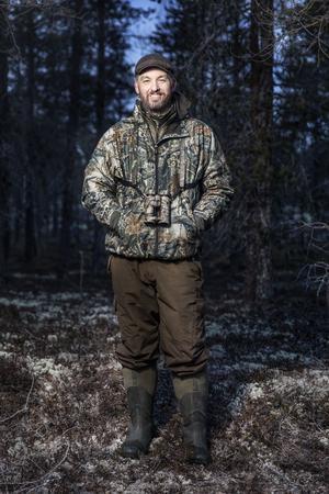 Anders Lifland Nørgaard jobbar som journalist till vardags. På fritiden åker han helst till Lillhärdal och jagar och umgås med kompisar.