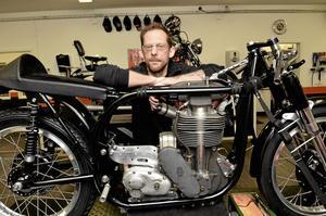 favorit. – Norton Manx är den vackraste motorcykeln genom tiderna, säger Jesper Johansson.  När tankar, avgassystem och detaljer är på plats är det lättare att se. Foto: Michael Landberg