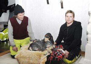 Curt Olsson och Henrik Lindén räddade hunden Lava från det strömmande vattnet. Senare på kvällen besökte de hunden hos ägarna i Torsåker.