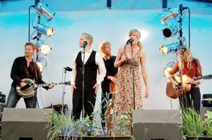Southdrive ser ut att trivas i varandras sällskap på festivalscenen i Torsåker.