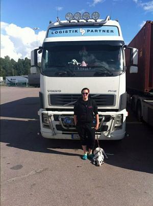 """Alla kan lära sig. """"Jag fick lära mig en väldigt bra sak i skolan och det är att jag kan allt jag vill, det jag inte kan beror på att jag inte vill. Och så är det"""", svarar 22-åriga Sofia Hansson på frågan om hon tror att vem helst kan lära sig köra lastbil."""
