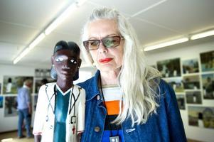 Marianne Lindberg De Geer med en av träskulpturerna som inspirerat till hennes upptäcktsresande i det svenska landskapet. Till och med augusti visas hennes svit Jag tänker på mig själv-orientering i Hjortnäs.
