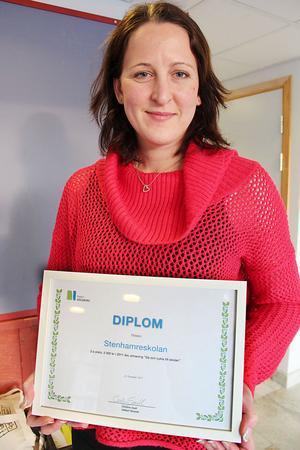 Christine Sisell från Region Gävleborg kom till Ljusdal och delade ut priset, diplom och pengar.