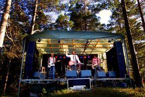 Hudiksvallsbaserade grungerockbandet Nico the Band spelade inför den solbrända, sandalförsedda publiken.