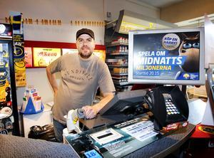 Anders Westlinder på Manhattans Spel & Tobak som fick ta emot en V75-kupong som gav drygt 20 miljoner kronor i vinst i slutet av mars.