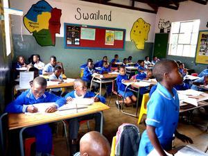 Var nyligen på ett studiebesök på en skola i Swaziland, Afrika. En fantastisk upplevelse med 1 lärare på ca 55-60 barn i samma klass.Fick verkligen en tankeställare, när jag såg personaltätheten. Ändå fungerade undervisningen på något magiskt sätt!!! Barnens enda möjlighet är att studera. Landet är MYCKET fattigt och barnen vet att deras chans i livet är att lära sig så mycket som det bara går!