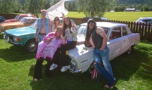 Hippiefamilj vann grenen bästa tidsenliga klädsel i veteranrallyt i Långå. Stefan Moberg, Emelie Sundin, Lina Bergström, Annethe Sundin och Egon Grundén med en Valiant 1969.