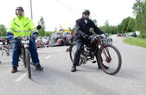 Ut på vägarna igen. Bröderna Lasse Jansson och Ernst Jansson på sina tvåhjuliga fordon.