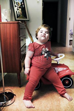 """Tvååriga Vera Olsson i Hofors har rätt till personlig assistans. Det slår förvaltningsrätten fast ien dom. """"Det är en lättnad för hela familjen. Vi har känt oss väldigt trängda men det här är underbart"""", säger Veras mamma Vanja Olsson."""
