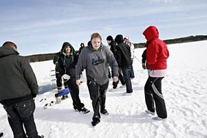 En frusen Joel Björtoft tar sikte på bastun efter sitt isbad.
