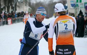 Jimmie Johnsson gratuleras av loppets tvåa, Per-Olof Svahn.