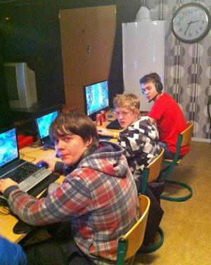 Klockan visar att det är mitt i natten, men de datorspelande ungdomarna är klarvakna och på hugget.