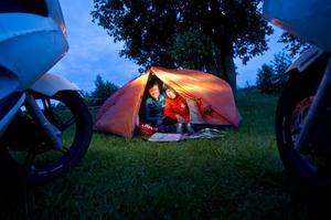 Vid småbåtshamnen i Köpmanholmen slog Tipi och Chae läger för natten. De reser runt i världen på scootrar.